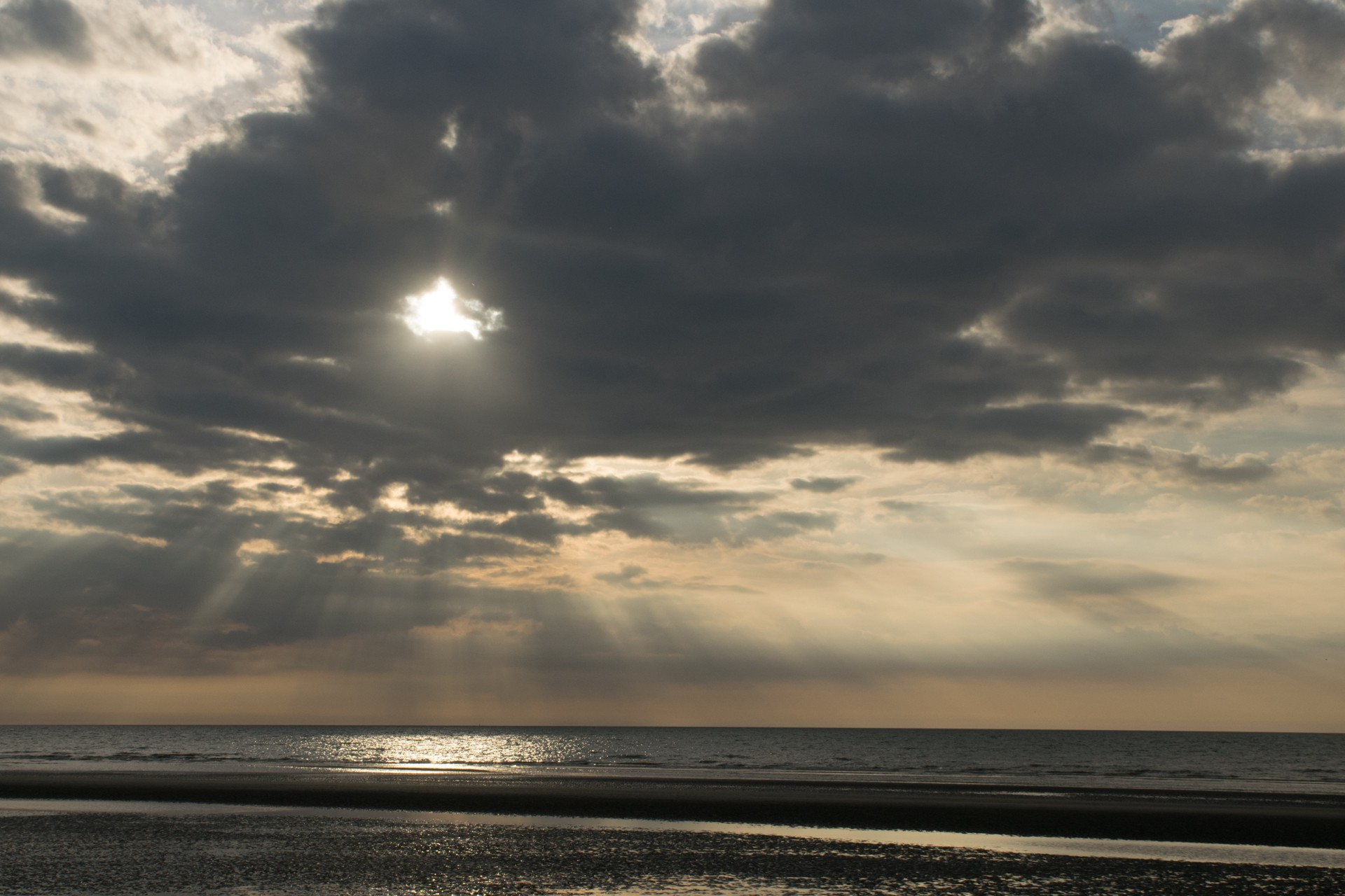 zon achter de wolken
