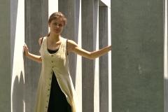 Caroline Middelheim tussen colommen 02 uitgesneden